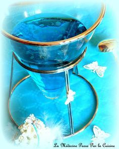 Sous les tropiques, l'eau est bleu turquoise. Les petits poissons nagent dedans…