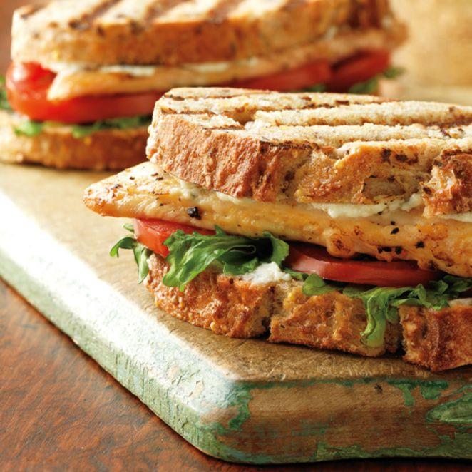 Ein Genuss: Das Rezept für Hähnchen Panini mit Tomate und Rucola und viele weitere köstliche Grill Rezepte im Springlane Magazin.