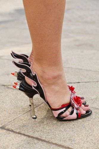 Sandália doidaça vermelho preto rosa com baton: Fun Fashion, Fashion Weeks, Amazing Prada, Funniest Shoes, Prada Flame, Amazing Shoes, Chooz Shoes, City Love Fashion, Bags Shoes