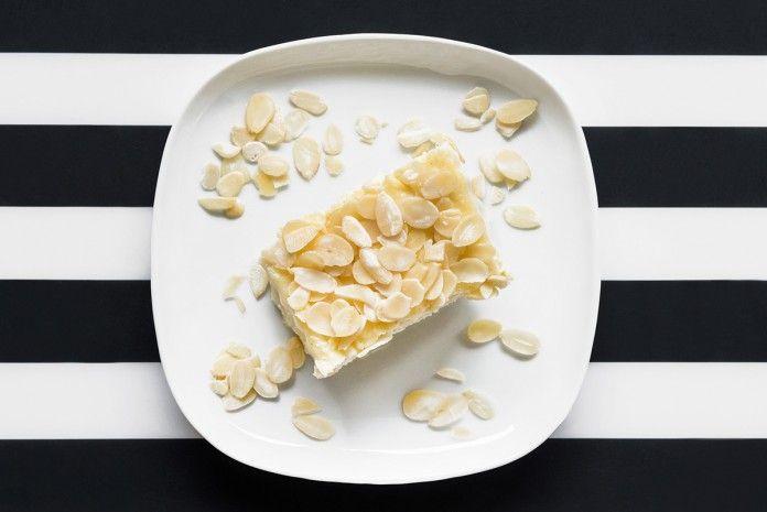 Jaglane Rafaello  Podane ilości pozwalają na przygotowanie ok. 4-5 sporych porcji:      kasza jaglana (100g, to mniej więcej pół szklanki)     mleko ryżowo-kokosowe (1,5 szklanki)     mleczko kokosowe (mała puszka 160g)     woda (0,5 szklanki)     wiórki kokosowe (70g, to niepełna 1 szklanka)     coś do posłodzenia (3-4 łyżki ksylitolu)     płatki migdałowe (2-3 łyżki)