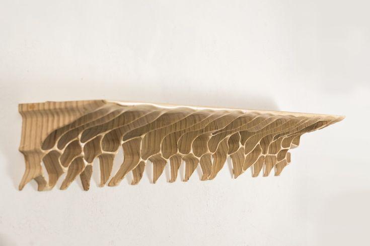 Ta bioniczna półka na książki jest pełnoprawnym obiektem rzeźbiarskim. Do jej stworzenia artystę zainspirowały organiczne formy i naturalne procesy erozji występujące w naturze. Przeniesione na grunt sztuki użytkowej, zaowocowały nadzwyczaj ciekawym i dekoracyjnym obiektem, który nada niepowtarzalnego wyrazu każdemu wnętrzu. #meble #polishDesign #design #modernFurniture