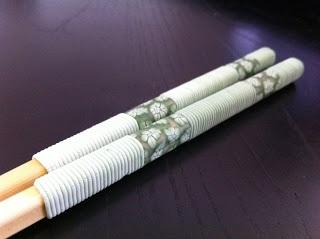 Palillos verdes con flores y espirales.