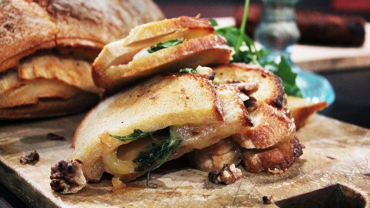 Enklast och möjligen godast. Oändliga variationsmöjligheter, använd olika ostar, krydda, panera, fyll. Och smält ost är alltid smält ost. Man blir glad.