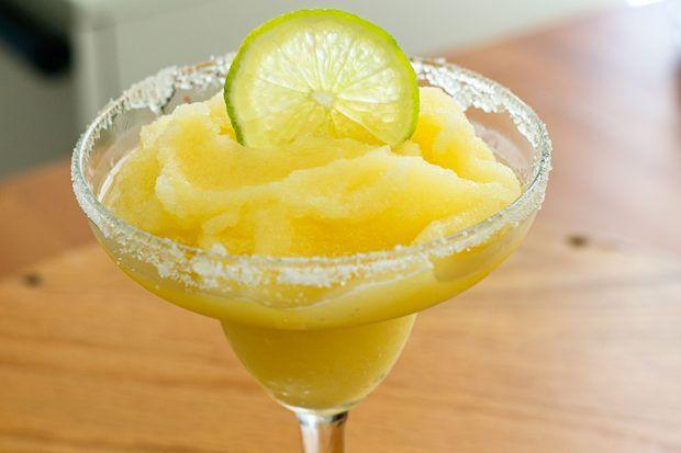 2 colheres de sopa de sal para margarita 1 fatia de limão 200 ml de limonada congelada 1/4 de xícara de suco de laranja 3 xícaras de cubos de gelo  Misture a limonada, o suco de laranja e os cubos de gelo em um liquidificador em velocidade alta até que os cubos de gelo sejam despedaçados. Umedeça as bordas das taças de margarita com a fatia de limão; mergulhe-as no sal. Despeje o conteúdo do liquidificador nas taças.