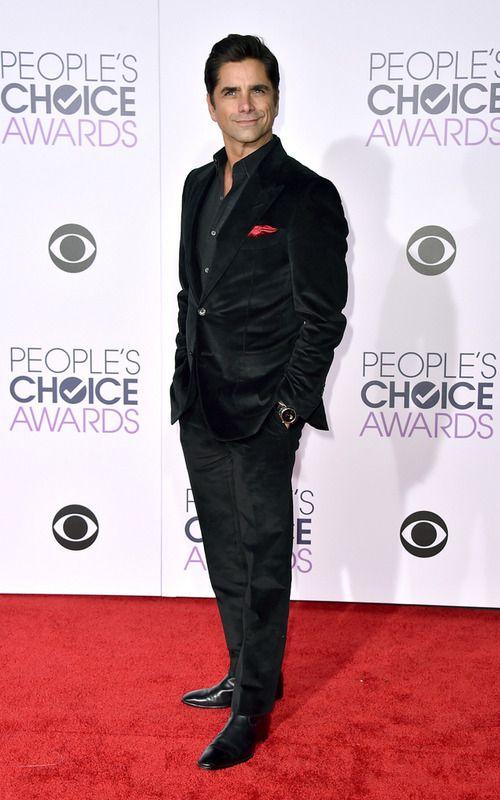 El actor John Stamos muy elegante con un 'total black look'.