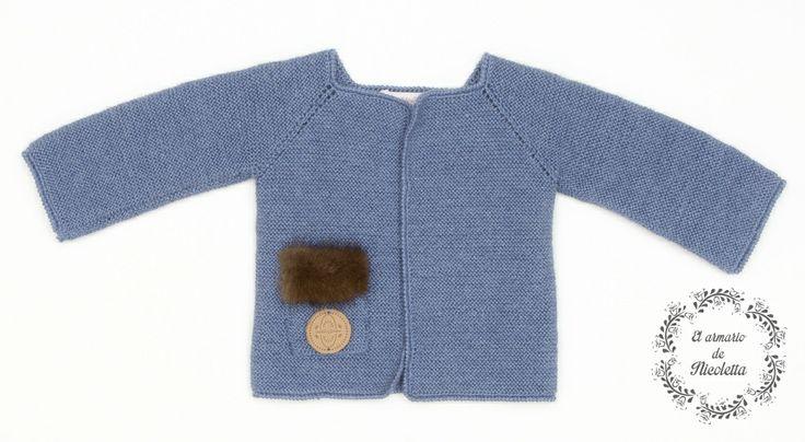 Cardigan color tejano con detalle visón en bolsillo, de la marca Casilda y Jimena.
