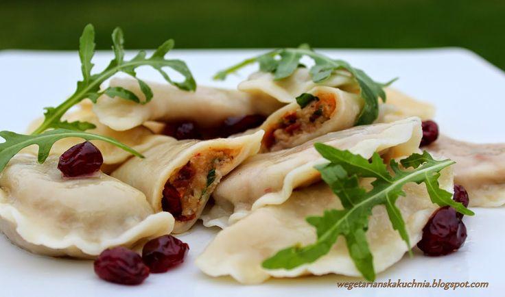 Wegetariańska Kuchnia: Pierogi wegańskie z żurawiną suszonymi pomidorami i rukolą