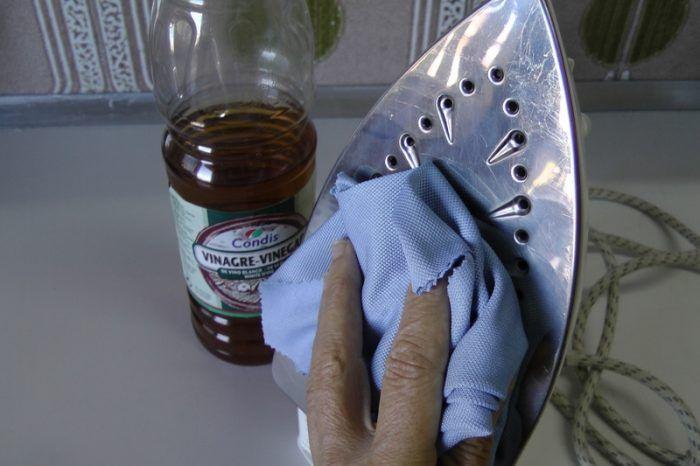 Como limpar o ferro de engomar com um produto que todos temos em casa.