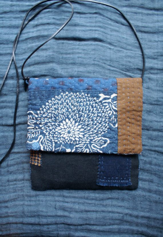 petit sac cousu et quilté et reprisé à la main, en coton japonais indigo (aizome, katazome), coton indien du Gujarat (woodblock) , denim gris et lin noir et kakishibu (teinture végétale au plaqueminier du Japon, persimmon) inspiré par le boro,sashiko et kantha...  la doublure intérieure est en lin noir et coton japonais ancien  le rembourrage intérieur est 100 % coton  jai cousu deux petits anneaux en ficelle de lin afin dy glisser un lacet plat en cuir noir amovible pour le porter en…