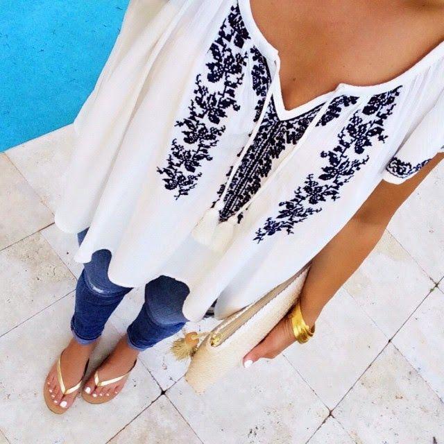 Blusa blanca estampada, jeans, sandalias planas doradas, pulseras doradas, bolso mano blanco, uñas pies y manos blancas