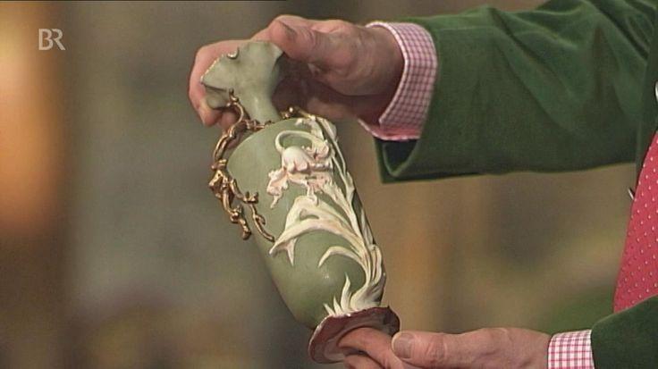 Diese Tulpenvase des Jugendstil, von Richard Eckert entworfen und von der 'Aeltesten Volkstedter Porzellanfabrik' in Thüringen um 1900 gefertigt, gaukelt verschiedene Materialien vor. Grüne Engobe, gemarkt mit gekreuzten Heugabeln. Geschätzter Wert: 400 bis 500 Euro