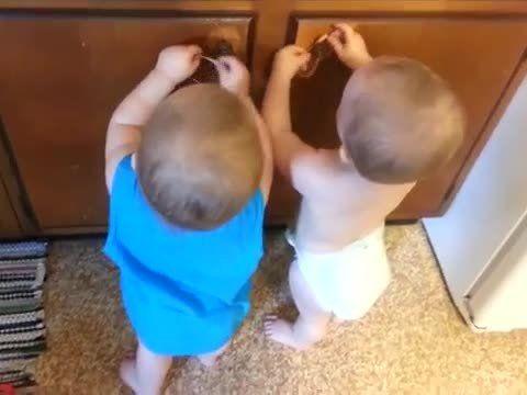 Empezamos el día con una sonrisa. Mirad este video de gemelos divirtiéndose de lo lindo con dos gomas elásticas