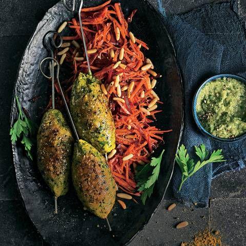 Linsen-Kebab mit Möhrensalat und Auberginen-Dip | BRIGITTE.de