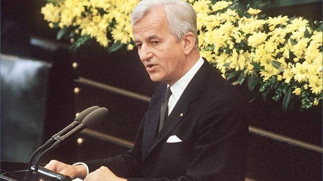 Richard Von Weizsäcker: Ein Politischer Spätzünder Ist Tot! - Historische Rede vom 8. Mai 1985: Diese Rede Weizsäckers veränderte das Ansehen Deutschlands in der Welt http://www.focus.de/politik/deutschland/historische-rede-vom-8-mai-1985-diese-rede-weizsaeckers-veraenderte-das-ansehen-deutschlands-in-der-welt_id_4443590.html Video http://www.focus.de/politik/videos/altbundespraesident-gestorben-richard-von-weizsaecker-ist-tot_id_4443628.html