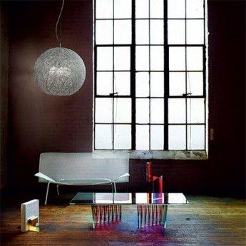 Suspension EMIS – Ø40 cm – Aluminium – Ideal-Lux  Craquez pour l'originalité et le chic de la suspension Emis. Des fils en aluminium s'enchevêtrent les uns aux autres pour former une sphère autour de l'ampoule. Son design s'illustre particulièrement dans ses finitions, puisque les fils sont décorés de petites perles en cristal poli. Une fois que ce luminaire design s'allume, les perles brillent tandis que son diffuseur crée un joli jeu de lumière.