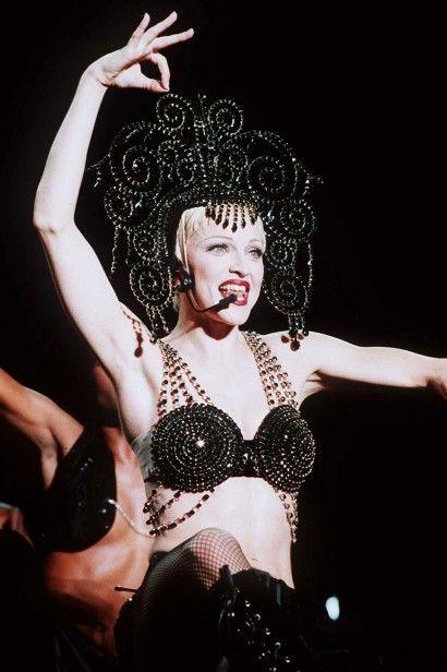 1993: Na turnê The Girlie Show World Tour, usando uma criação da Dolce &…