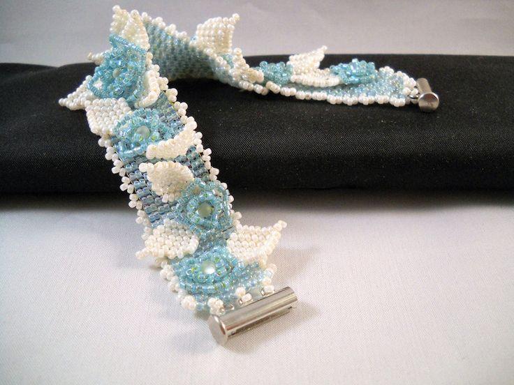 Bruidssieraden - Blauw Wit Armband Met Handgemaakte Bloemen - Een uniek product van Seadbeady op DaWanda