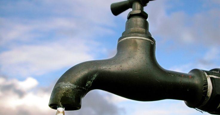 ¿Qué es la pureza del agua?. El agua es la combinación de dos átomos de hidrógeno y uno de oxígeno dentro de cada molécula. El agua potable es esencial para la vida. El agua purificada puede hacerse de una fuente de agua menos que pura.