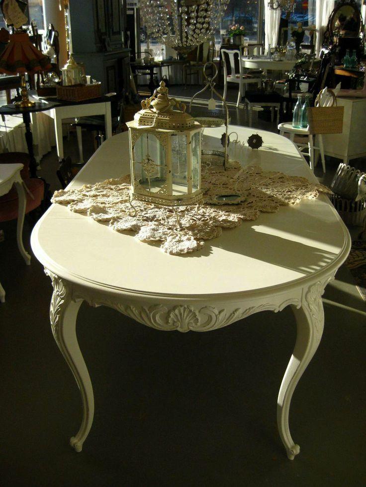 Rokokomatbord i äggskalsvitt Shabby chic dining table rokoko