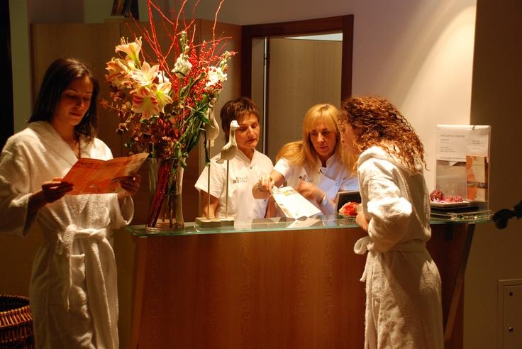Suggestion at the spa reception - Suggerimenti della reception della spa