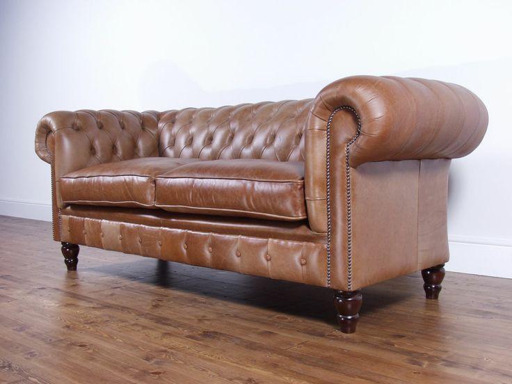 """Divano modello """"Confort"""" a tre sedute con due cuscini di color marrone. Descrizione: NUOVO da esposizione Provenienza: Inghilterra Materiale: Vera pelle pieno fiore, qualità 'Delux' Prezzo: 2050€"""