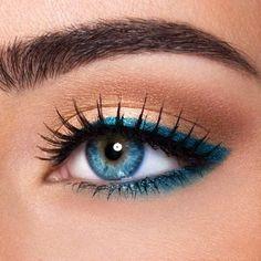 """Pour décliner le thème """"couleur pop"""" du challenge actuel, une inspiration makeup avec un eye liner turquoise saturé de pigments, posé sur un ocre irisé : cet été on ose la couleur ! Pour participer >> http://www.monvanityideal.com/articles/news-beaute/challenge-rouges-a-levres-clinique-pop-de-clinique-a-gagner.html  #maquillage #concours #monvanitypop #eyeliner #monvanityideal"""