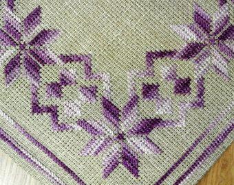 Exceptionelly bien hecho vintage años 1960 bordado de giro a mano la costura cuadrada beige aida lino la tableta / mantel con el patrón de flor morada