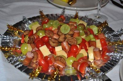 Förrätt barn. Spett med korv, köttbullar, ost, paprika, tomat osv.