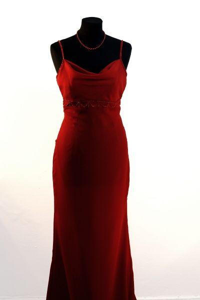 """Plesové šaty Dlouhé úzké společenské šaty z tenkého žoržetu. Živůtek s""""vodou""""odděluje od sukně výšivka z červených korálků. Sukně mírně rozšířená, rozparek. Vzadu zip. Celé šaty jsou vypodšívkovány. Velikost 38, barva tmavě červená do vínova."""