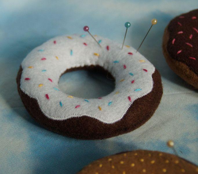 Süßes Donut Nadelkissen. Kleines Geschenk für alle die gerne Nähen.