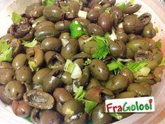 OLIVE VERDI SCHIACCIATE - La ricetta è quella giusta - FraGolosi 1,500 kg di olive verdi e sode, olio extravergine d'oliva, aglio, peperoncino, sedano, origano, sale