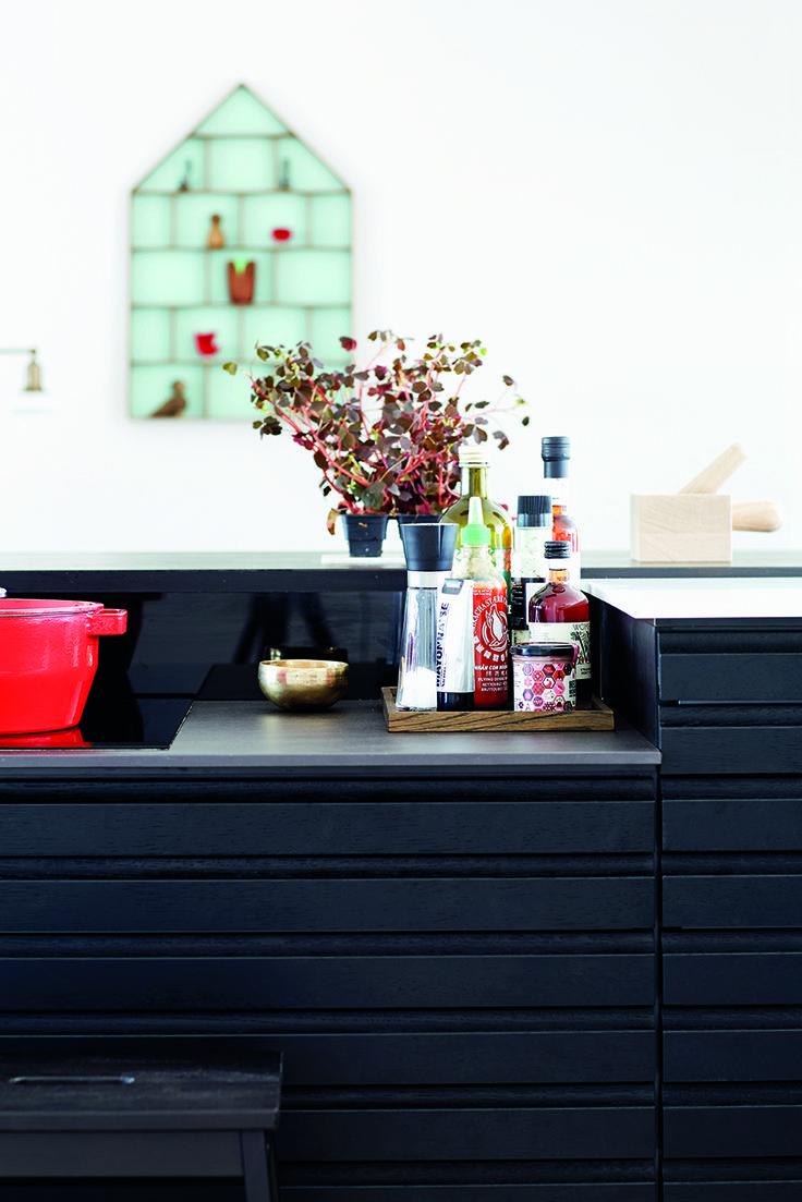 Omkring kogezonen har familien valgt en super praktisk bordplade i keramik, der kan tåle både skarpe knive og varme gryder.