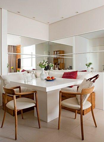 Sala de jantar - banco fixo em L / mesa quadrada / espelho