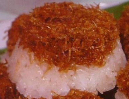 Ketan Unti: heerlijke kleefrijst met een topping van kokos met bruine suiker