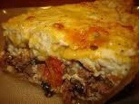 Verwarm de oven voor op 180 graden. Braad het magere rundvlees de ui en knoflook aan. Voeg en meng de verkruimelde bacon toe. Leg het rundvlees en bacon in een ovenschaal. Mix de eieren, mayonaise en koffieroom. Strooi kaas over het rundvlees en voeg vervolgens het eimengsel toe. Bak gedurende 45 mi…