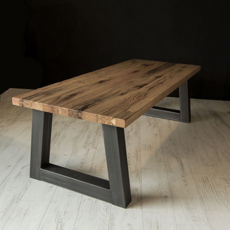 Zoekt u een industriële eettafel? De industriële eettafel met Trapezium poot is gemaakt van Rustiek Eiken. Alle tafels worden speciaal voor u op maat gemaakt!