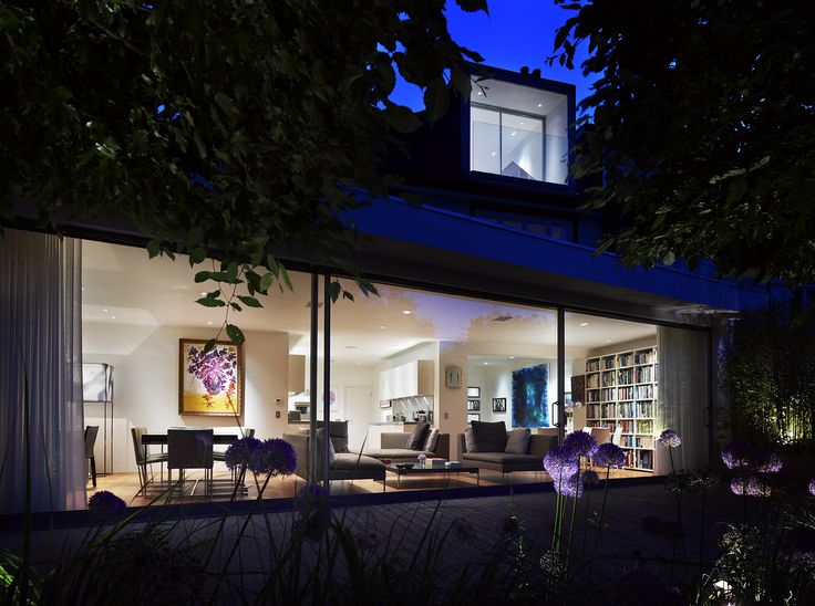 This dramatic 85 sqm glass façade extension was completely integrated within the existing Metropolitan style 1930's hometo transform the overall layout and provide views of thegarden.