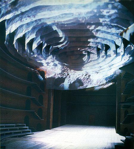 La cavea-spazio scenico del Teatro Studio sovrastata dalla spirale di HSE - Seta Tempesta bianca. «... è l'infinito universo totalizzante ed intoccabile che sovrasta l'opera di Goethe. La tua intuizione è assoluta.» Giorgio Strehler, Lettera a Josef Svoboda, 1990. La spirale può essere illuminata da luci tenui, «... può sopportare certamente di diventare, nello spettacolo, l'immagine dell'infinito come lo vede l'uomo, cioè come una specie di cielo con il suo variare a notte e a giorno, albe…