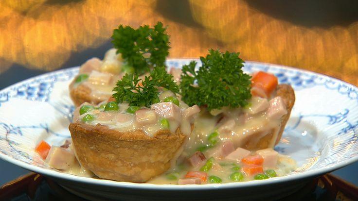Tarteletter med ærter, gulerødder og hamburgerryg