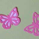 """Set Farfalle """"Garden"""" di Cartoncino in 2 Colori - Bianco e Rosa  Il set è composto da 25 Farfalle con Sagoma Piena e 25 Farfalle Intagliate. Fornito Non Assemblato  Queste Farfalle di..."""