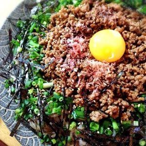 糸こんにゃくが麺代わり!台湾混ぜそば+by+Misuzuさん+|+レシピブログ+-+料理ブログのレシピ満載! 糸こんにゃくを茹でて炒めてラーメン代わりに使います。  たっぷりのそぼろと薬味をのせた名古屋めしを低糖質で。