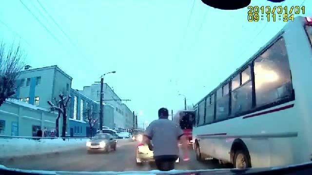 Кировчанин против автобуса. Zombie attack!  #coub #кировчанин #zombie