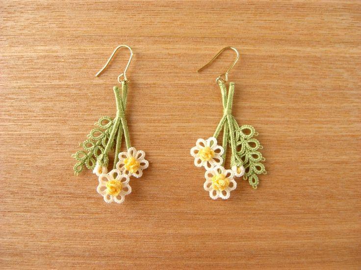 *カモミールのピアス* Tatted Flower Earrings with stems, bud, and leaf #tatting #flower…