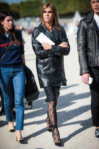 Pelle, longuette e calze di pizzo per la stylist Carine Roitfeld.