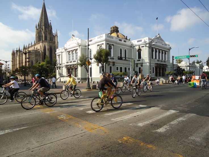Guadalajara Via Recreativa los domingos por la mañana (hasta las 2 pm) cierran algunas de las mas bellas e importantes avenidas de la ciudad para que puedas caminar, patinar o andar en bicicleta libremente    salutaris.mx