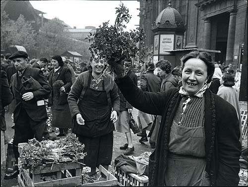 Doisneau La marchande de fleurs, rue Rambuteau. 1946