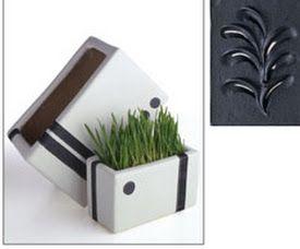 Pasta ferro nero Pasta scura ad elevata viscosità che riproduce il colore del ferro battuto. Si può usare a spessore oppure in strato sottile stesa con il pennello. È pronta all'uso. Aderisce perfettamente su tutti i supporti. Il tempo di essiccazione varia in funzione dello spessore applicato.