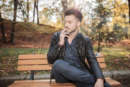 Znalezione obrazy dla zapytania chłopak siedzący na ławce