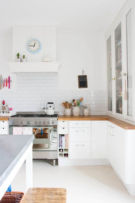 A whimsical floral and white kitchen / une cuisine blanche fleurie
