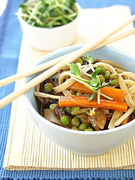 Smażony makaron z warzywami i sosem ostrygowym